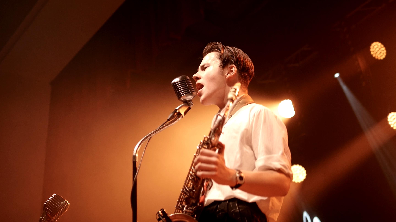 Lorenz am Mikrophon