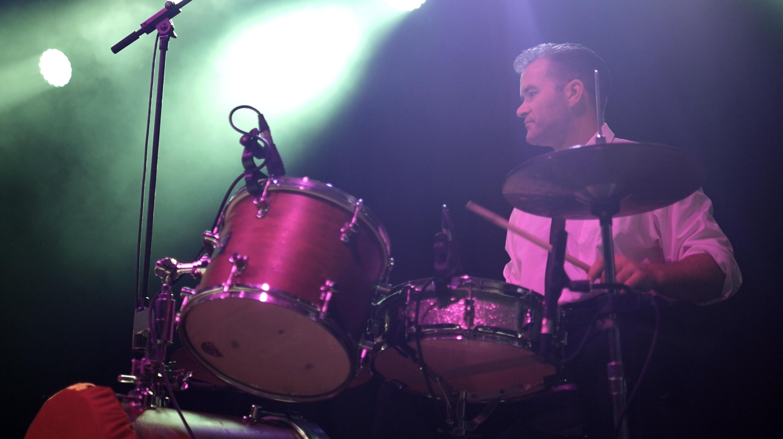 Michael am Schlagzeug